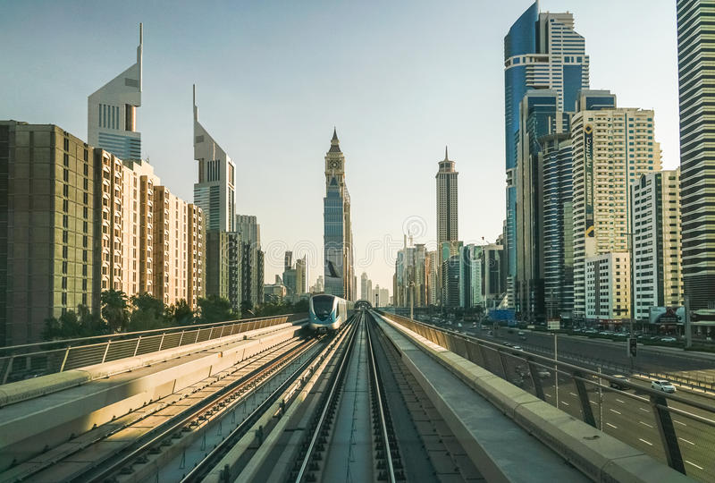 Поезд на линии метро Дубай города стоковое изображение rf
