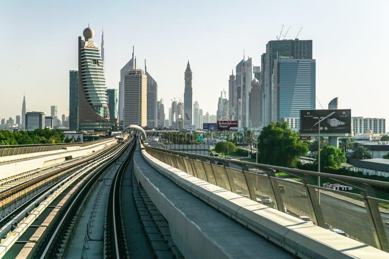 Поезд на линии метро Дубай города стоковые изображения rf