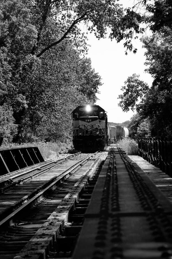 Поезд на мосте стоковая фотография rf