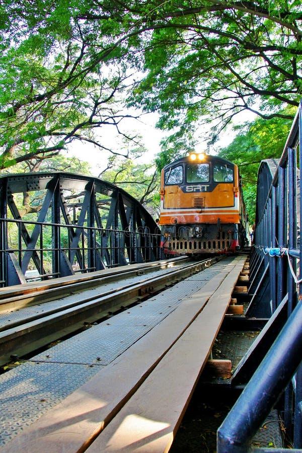 Поезд на мосте Kwear реки стоковое изображение
