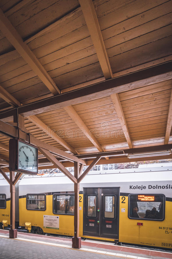 Поезд на платформе стоковые изображения