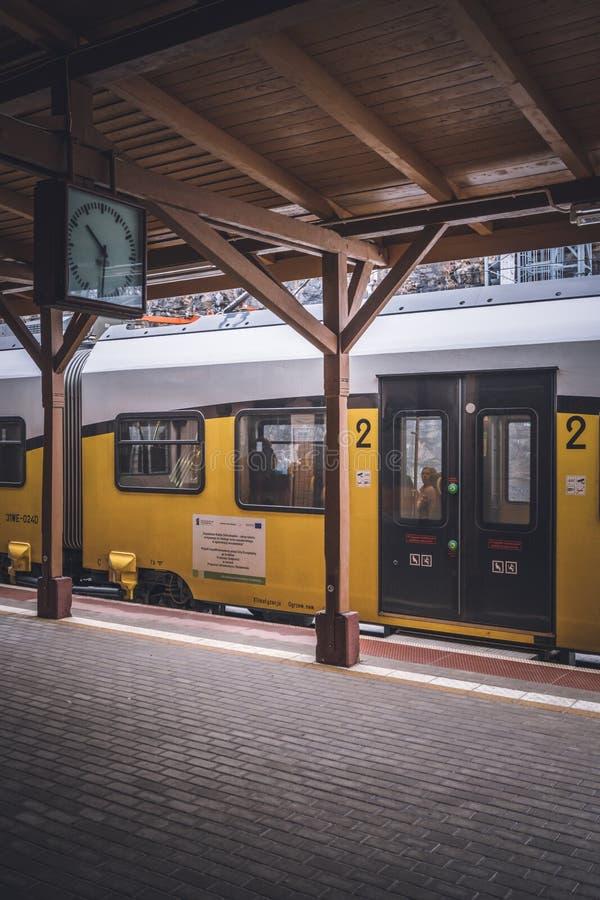 Поезд на платформе стоковое изображение rf