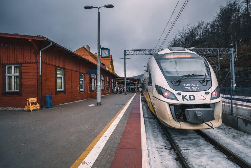 Поезд на платформе стоковые фотографии rf