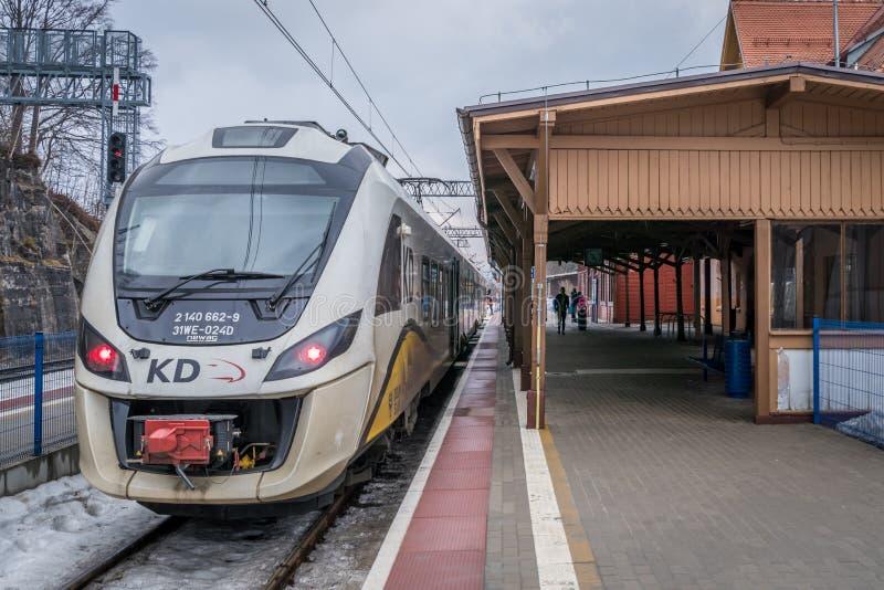 Поезд на платформе стоковое фото rf