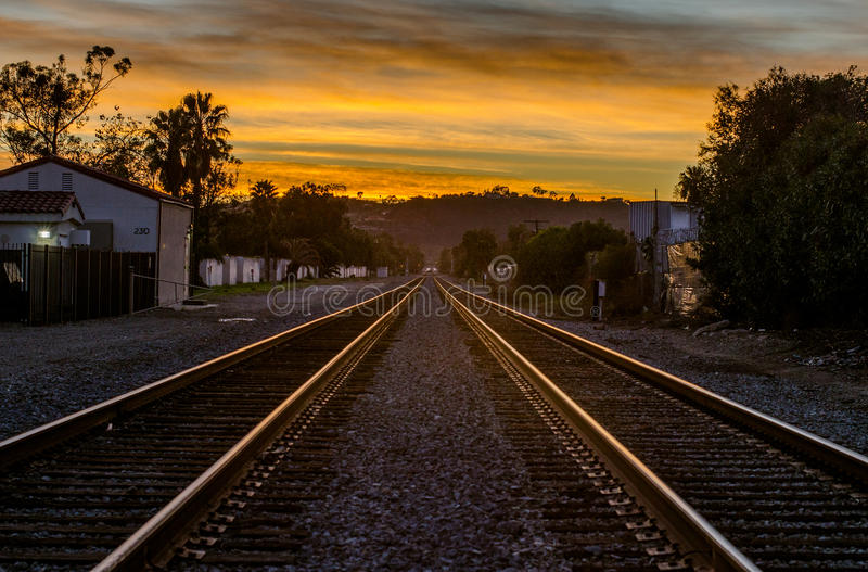 Поезд отслеживает заход солнца Санта-Барбара стоковые фотографии rf