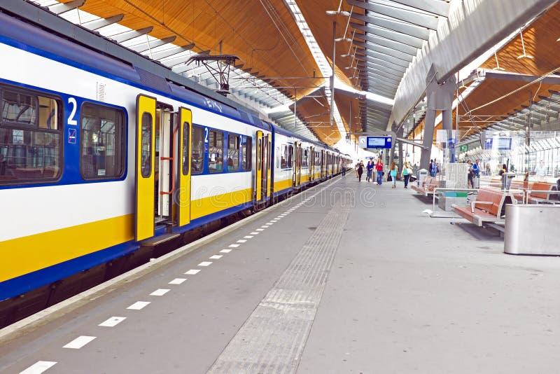 Поезд приезжая в Амстердам Нидерланды стоковые изображения rf