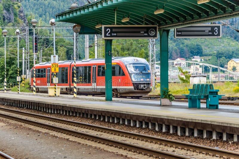 Поезд причаливая вокзалу на Decin стоковая фотография