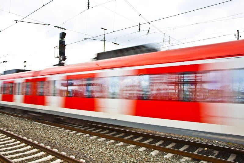Download поезд станции скорости листьев Стоковое Фото - изображение насчитывающей красно, многодельно: 40585862