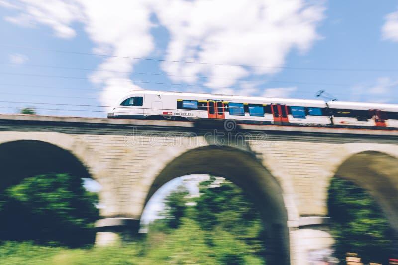 Поезд швейцарца нерезкости движения стоковое фото rf
