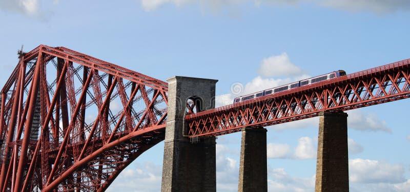 Поезд Scotrail пересекая вперед мост, Шотландию стоковые фотографии rf