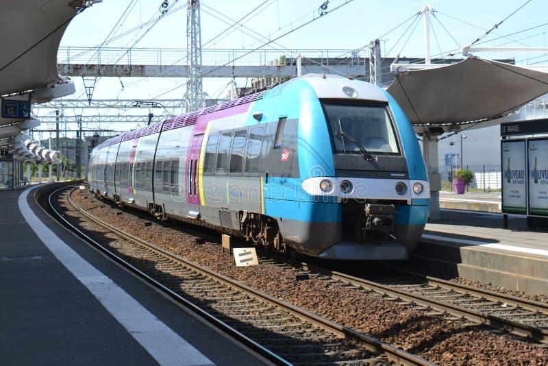 Поезд SNCF EMU приезжает на Ле-Ман стоковые изображения rf