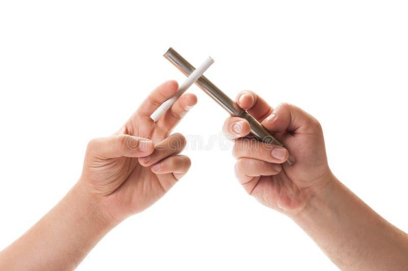 Поединок между электронной сигаретой и нормальным одним стоковые фото