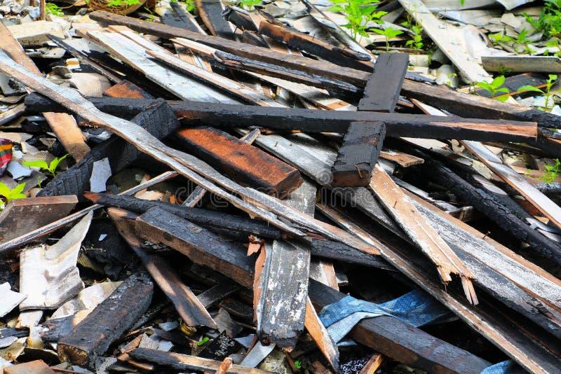 Пожарище древесины детали утиля дома огня стоковая фотография