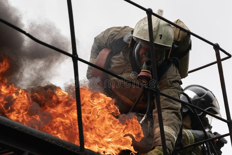 Пожарная команда федеральной пожарной службы во время огня - тушащ, тренируя для того чтобы преодолевать зону огня психологическо стоковое фото