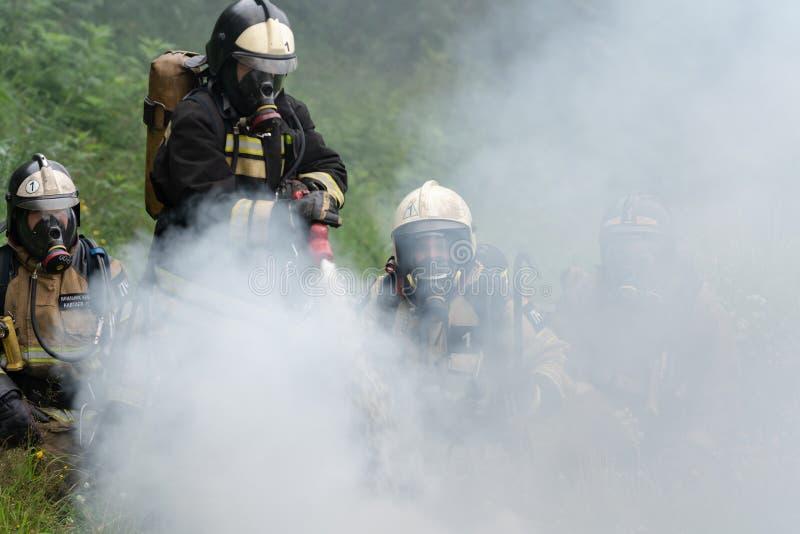 Пожарная команда федеральной пожарной службы во время огня - тушащ, тренируя для того чтобы преодолевать зону огня психологическо стоковое изображение rf