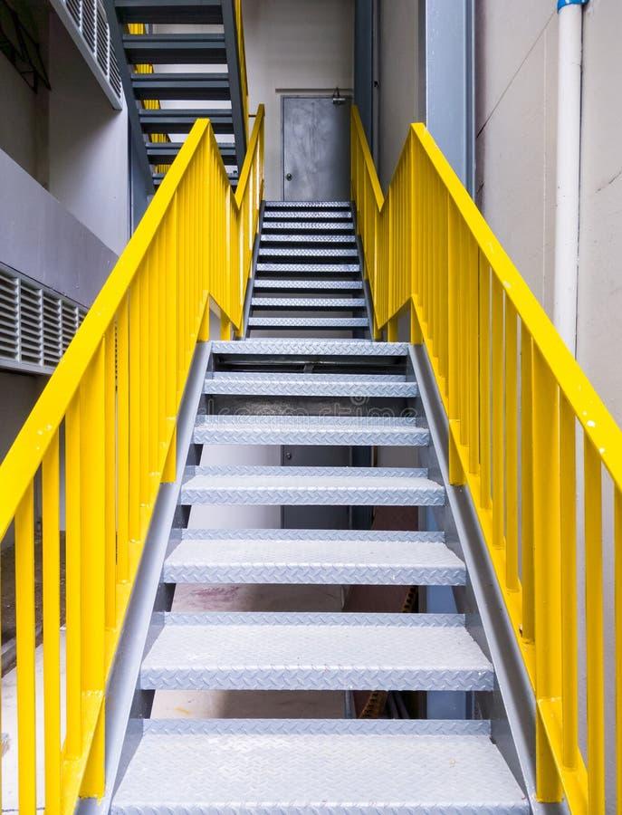 Пожарная лестница металла с желтой лестницей стоковая фотография rf