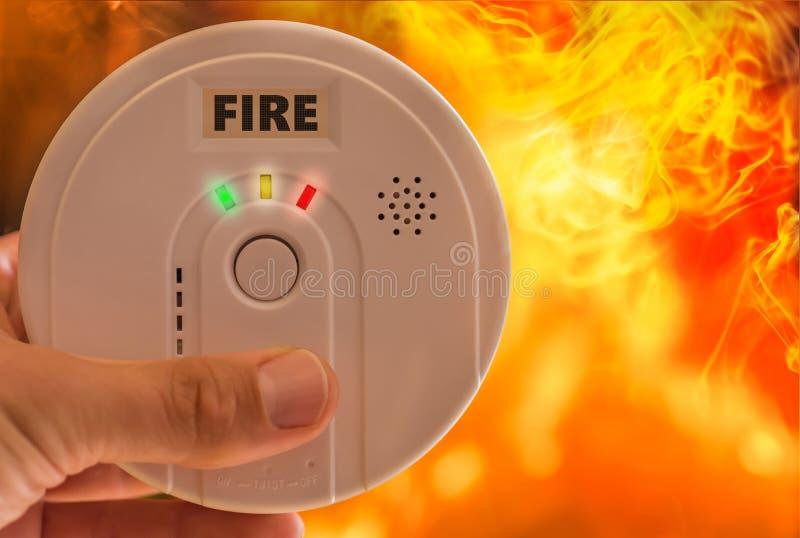 Пожарная сигнализация звучит сигнал тревоги в случае огня и дыма иллюстрация штока
