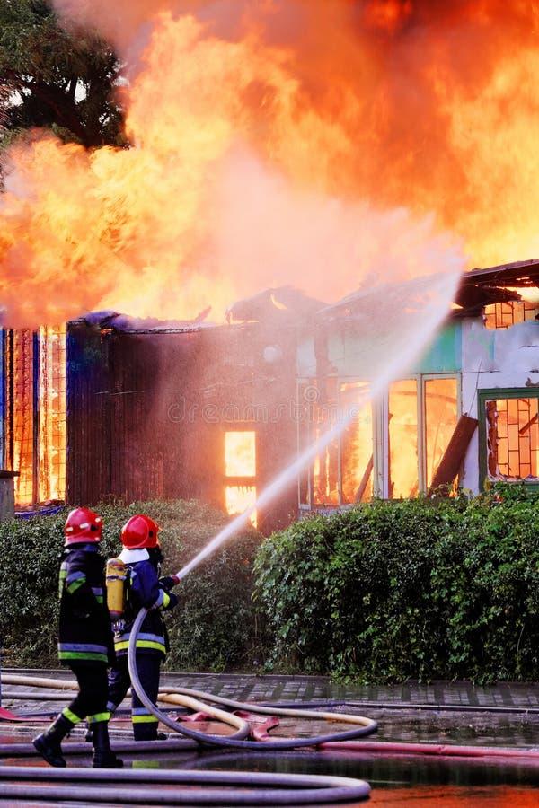 Пожарные в действии стоковое изображение rf