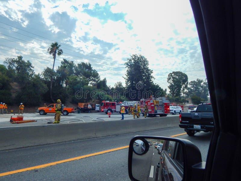 Пожарные и другие первые ответчики на сцене тележки Overturned на скоростном шоссе 5 в Лос-Анджелесе стоковая фотография rf