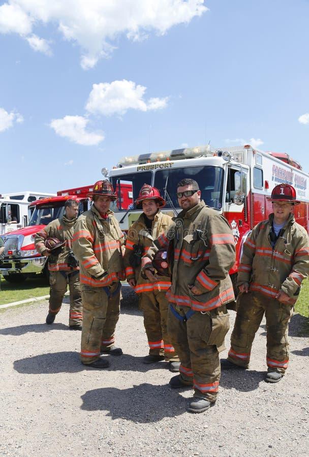 Пожарные от Фрипорта перевозят 1 техническую компанию на грузовиках спасения стоя в фронте пожарной машины стоковые фото