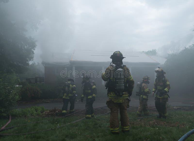 Пожарные принимая суфлера стоковое фото rf