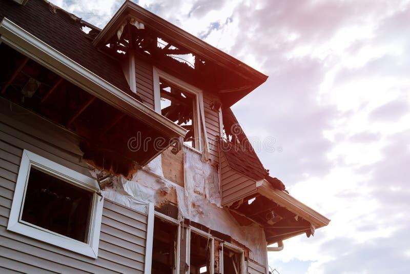 Пожарные спасителей тушат огонь на крыше Здание после огня Сгорели окно загубленная дом катастрофа стоковые фотографии rf