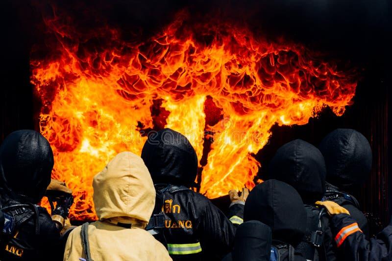Пожарные сражают огонь Тренировка пожарного стоковые изображения rf