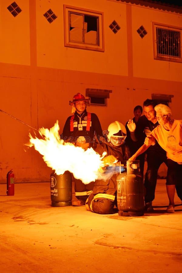 Пожарные тренируя репетицию для безопасности и знания стоковое фото rf