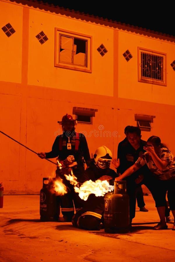 Пожарные тренируя репетицию для безопасности и знания стоковые изображения