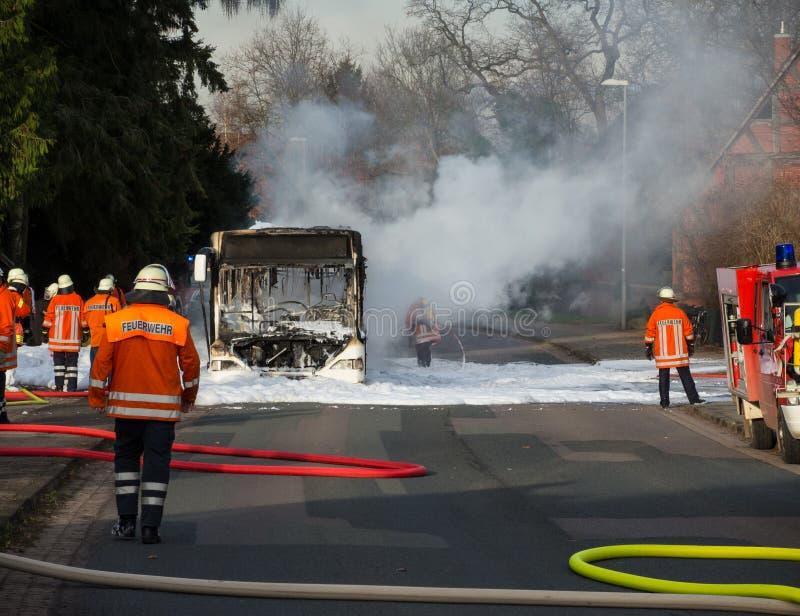 Пожарные тушат горящую шину стоковые изображения rf