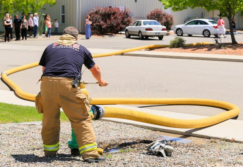 Пожарный в действии стоковые изображения rf