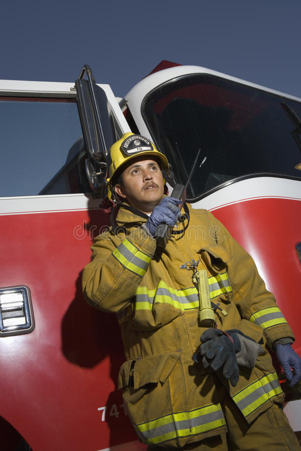 Пожарный говоря на радио стоковая фотография