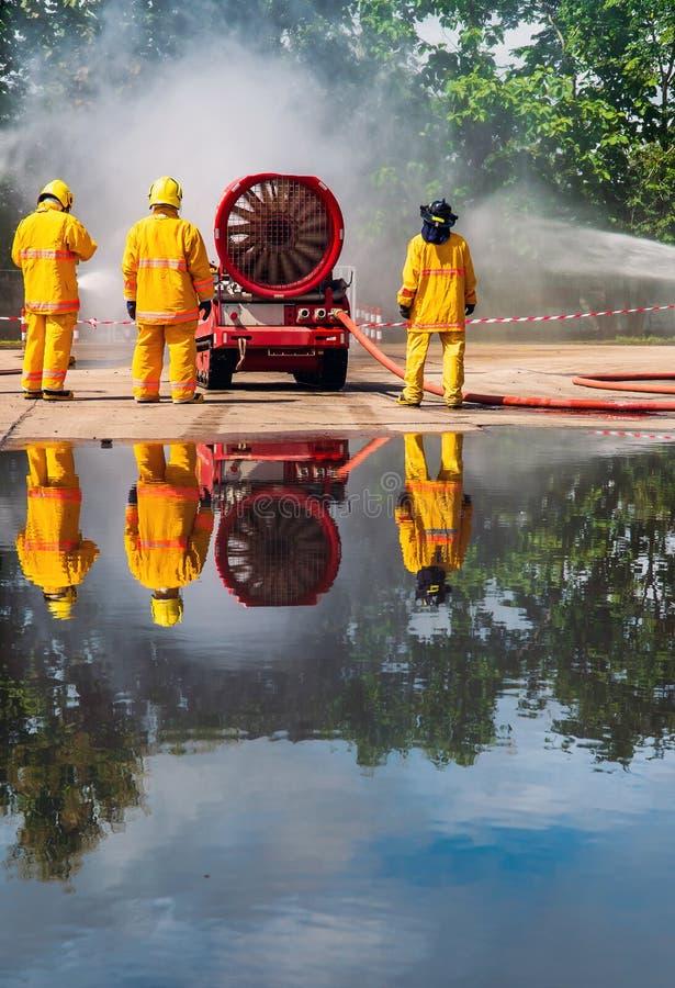 Пожарный на огне стоковые фото