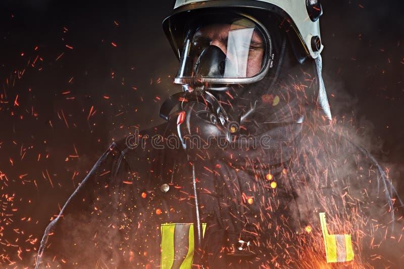 Пожарный одел в форме в студии стоковая фотография
