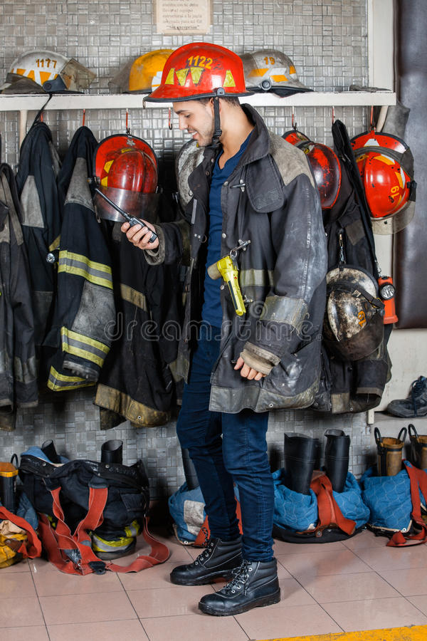 Пожарный смотря звуковое кино Walkie в огне стоковая фотография rf