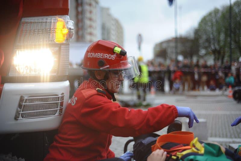 Пожарный спасения жизни с утомленным выражением стоковые изображения rf