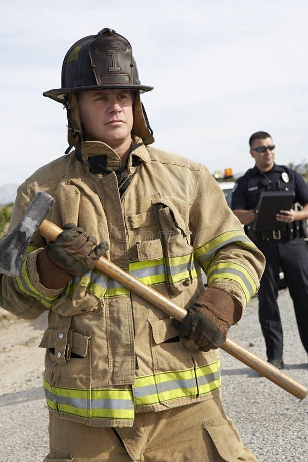 Пожарный с полицейским стоковые фотографии rf