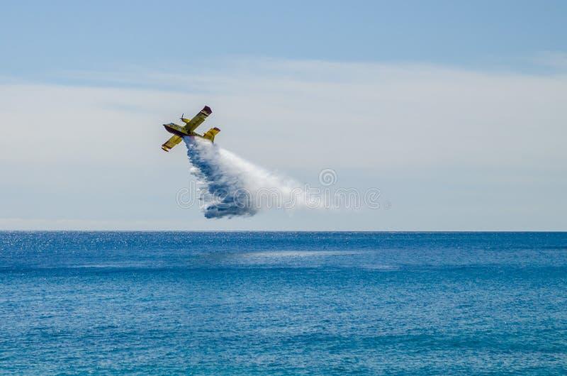 Пожарный canadair в полете во время тренировки моря стоковые фото