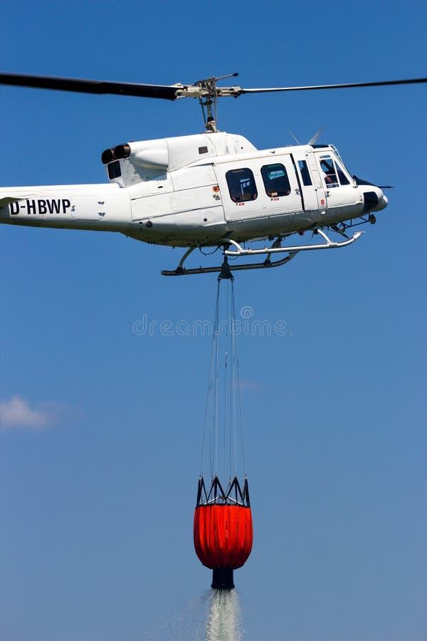 Пожаротушение антенны ведра bambi вертолета стоковая фотография