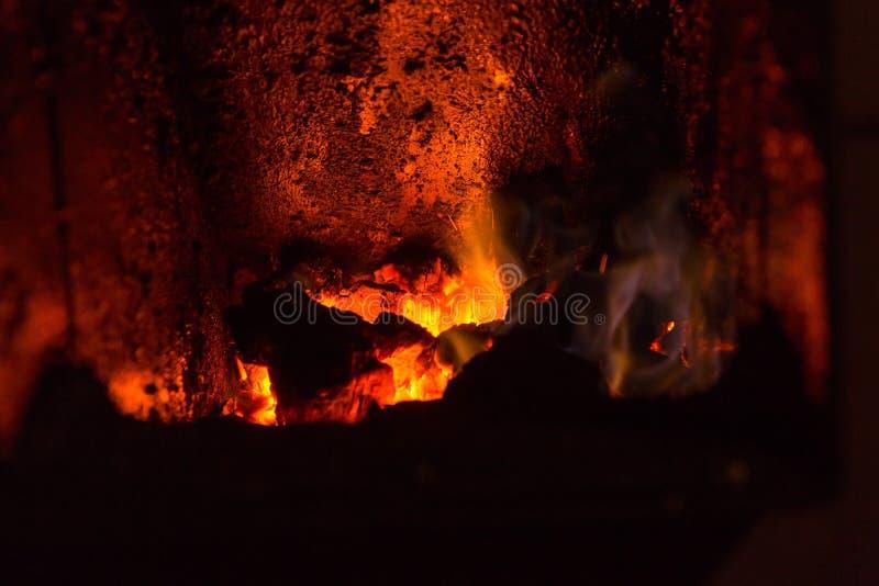 Пожар в камине Закройте вверх красного огня в плите стоковое фото rf
