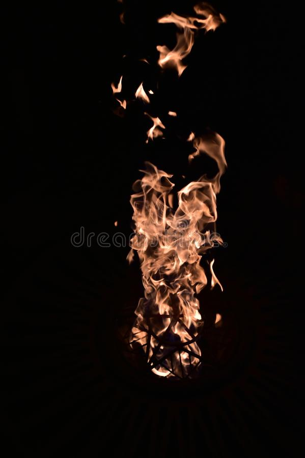 Пожар в темноте E стоковое фото rf