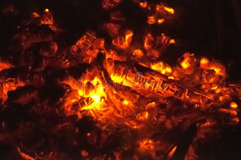 Пожар ночью Пожар сгорел Уголы тлеют бесплатная иллюстрация