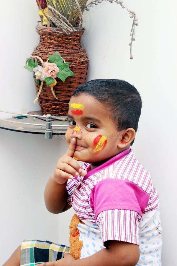 пожалуйста заставьте замолчать Портрет маленького ребенка на фестивале Holi стоковое фото rf