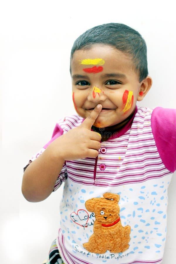 пожалуйста заставьте замолчать Портрет маленького ребенка на фестивале Holi стоковое изображение