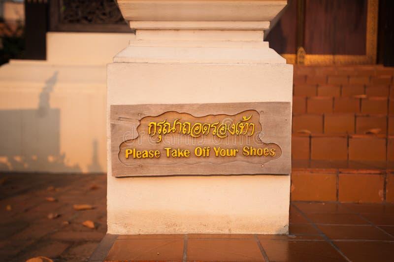 Пожалуйста примите ваш знак ботинок на Wat Chedi Luang, Чиангмай, Таиланд стоковые фото