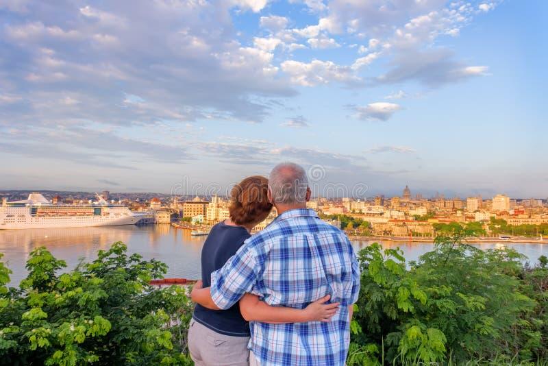 Пожененные пара, супруг и жена стоят, обнимать и смотреть стоковая фотография rf
