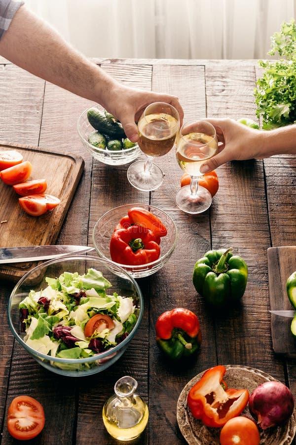 Пожененные пары варя совместно салат овощей обедающего в доме стоковая фотография rf