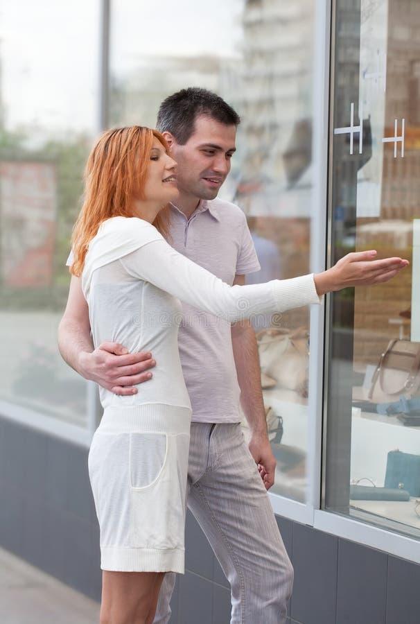 пожененные пары ходят по магазинам стойка выставки к окну стоковое изображение
