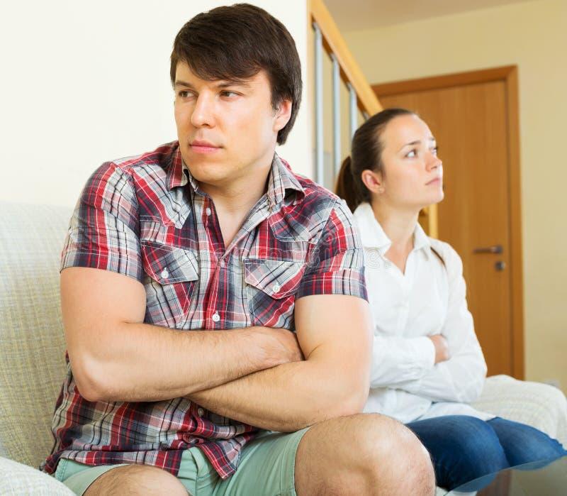 Пожененные пар пары имея ссору стоковые фото