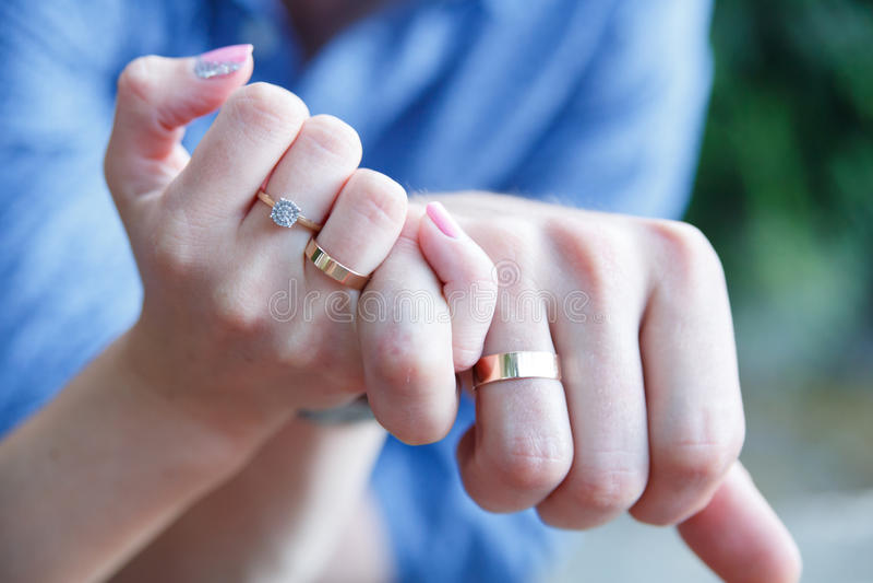 Пожененные руки пар с обручальными кольцами стоковые изображения